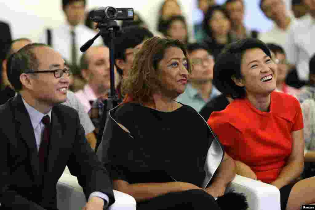 """SOHO中国公司董事长潘石屹,首席执行官张欣和英国建筑师 Zaha Hadid 在关于北京望京SOHO建筑群的记者会上,Zaha Hadid 是这三座高楼的设计师(2014年9月20日)。中国房地产大亨潘石屹6月2日晚透露,他已向纽约法院控告郭文贵诽谤。郭文贵稍后回应称,这是好消息。他要求潘石屹立即公开其北京所有房地产开发项目的审批文件。潘石屹在财新网博客上发文,指责郭文贵造谣和恶语中伤,他称郭文贵和其他任何人都不是他的仇人,也没有断言郭文贵是坏人,但他说要用法律作为良药治疗""""像郭文贵这样的病人""""。"""