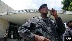 Ba policiers liboso na Cour suprême ya justice na Kinshasa, 18 novembre 2006.