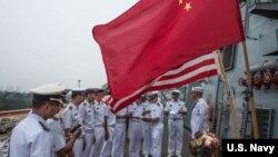 美中海軍官兵2015年7月在訪問青島的美軍斯特西姆號導彈驅逐艦上互動。(美國海軍)