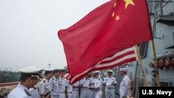 美中海军官兵2015年7月在访问青岛的美军斯特西姆号导弹驱逐舰上互动(美国海军)