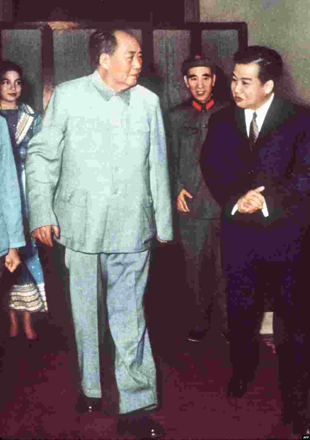 """1971年中国头号领导人毛泽东和二号领导人林彪在北京欢迎柬埔寨的西哈努克亲王和王后莫尼列。《炎黄春秋》杂志曾发表胡鹏池的文章说:林彪之所以从一个长期养病的""""老病号""""异军突起,最终登上了""""一人之下,万人之上""""的副统帅、接班人的宝座,并不主要是靠他解放战争的军功,更重要的是靠他狂热地推行""""个人崇拜""""。当年这些""""四个伟大""""、""""三个副词""""、""""一句顶一万句""""与""""顶峰论""""、""""天才论""""、""""四个第一""""……全都是林彪""""造神运动""""中的""""主打歌""""与""""组合拳"""",它们在""""造神""""的同时也为林彪捞取了政治资本。"""