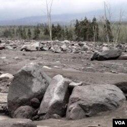 Batu-batu besar menumpuk di Sungai Putih Magelang, 4 kilometer dari puncak Merapi