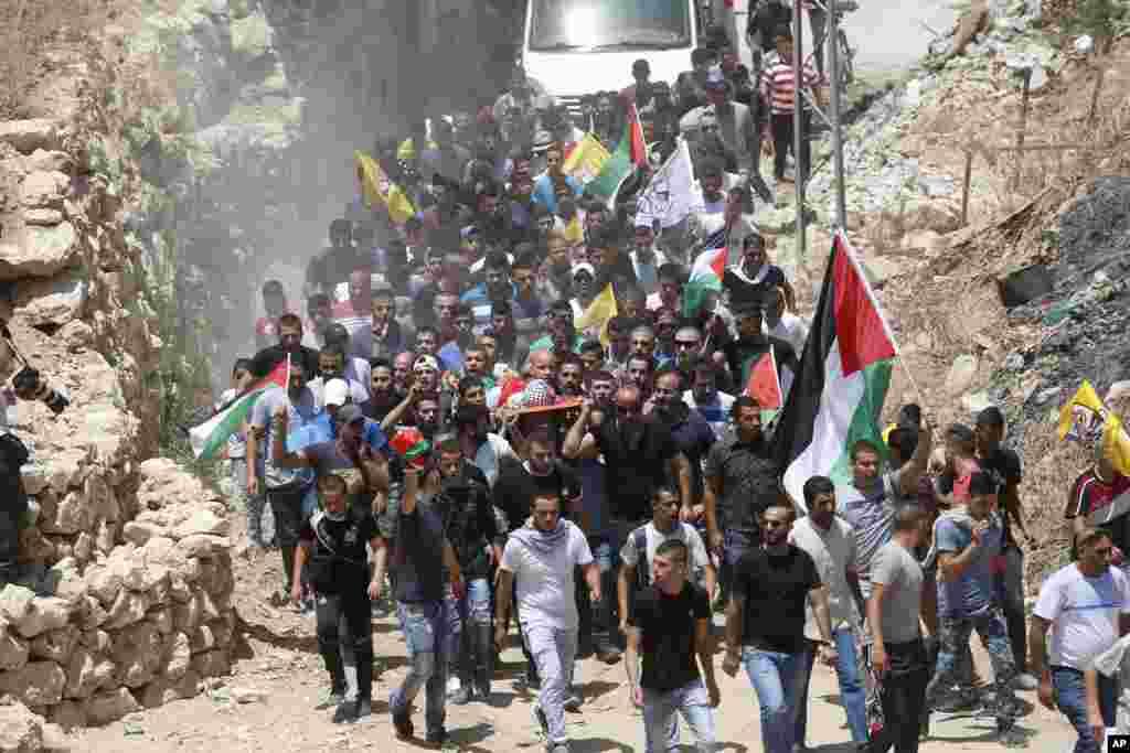 ក្រុមអ្នកចូលរួមរំលែកទុក្ខលើកសាកសពរបស់កុមារា Muhey al-Tabakhi អាយុ ១២ អំឡុងពេលបុណ្យសពរបស់កុមារារូបនេះនៅក្រុង Al-Ram តំបន់ West Bank ជិតរដ្ឋធានីហ្ស៊េរុយសាឡិម។ មន្រ្តីពីមន្ទីរពេទ្យប៉ាឡេស្ទីនមួយរូប បាននិយាយថា កុមារានេះត្រូវបានសម្លាប់ បន្ទាប់ពីការប៉ះទង្គិចគ្នាបានកើតឡើងរវាងកងកម្លាំងអ៊ីស្រាអែល និងបាតុករនៅតំបន់ West Bank។