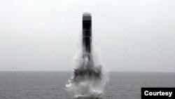 北韓朝中社2019年10月2日公佈的據信是潛射彈道導彈的照片