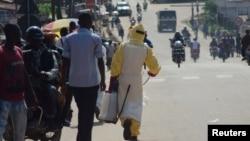 Petugas kesehatan menyemprotkan cairan pembunuh kuman, di luar komplek rumah sakit di Kenema, Sierra Leone (foto: dok).
