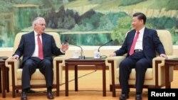 美國國務卿蒂勒森(左)3月19日訪華期間與中國領導人習近平在人民大會堂會面。