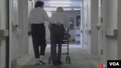 阿尔海默症患者及医护人员(视频截图)