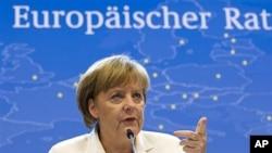 29일 유럽연합 정상회의 기자회견장에서 발언하는 앙겔라 메르켈 독일 총리.