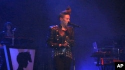 La Roux lead singer Elenore Jackson in concert