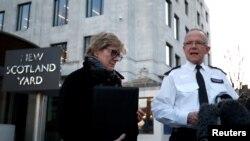 Trợ lý Ủy viên phụ trách chống khủng bố thuộc Lực lượng Cảnh sát thủ đô London, Mark Rowley và Cố vấn trưởng về y tế của chính phủ Anh Sally Davies trao đổi với báo chí về trường hợp ông Skripal và con gái ông bị dầu độc bằng chất độc thần kinh ở London hôm 7/3/2018 REUTERS/Henry Nicholls