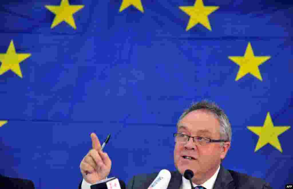 ທ່ານ Richard Howitt, ຫົວໜ້າຄະນະນັກສັງເກດ ຂອງສະຫະພາບຢູໂຣບ ຫລື EU ປະຈໍາ Sierra Leone ໃຫ້ຄໍາປາໄສ ຢູ່ໃນກອງປະຊຸມຖະແຫລງຂ່າວ ຢູ່ນະຄອນຫລວງ Freetown ໃນວັນທີ 19 ພະຈິກ 2012, ສອງວັນ ລຸນຫລັງມີການປ່ອນບັດເລືອກຕັ້ງເອົາປະທານາທິບໍດີ, ການເລືອກຕັ້ງສະພາແຫ່ງຊາດ ແລະການເລືອກຕັ້ງທ້ອງຖິ່ນຂອງປະເທດດັ່ງກ່າວ ເລີ້ມຂຶ້ນ.