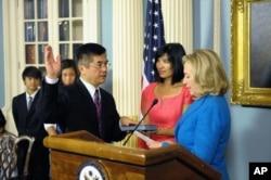 2012年8月9日,骆家辉宣誓就任美国驻华大使,克林顿国务卿在场
