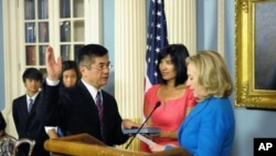 Secretary Clinton officiates the swearing-in ceremony for Ambassador to China Gary Locke, at the Department of State.