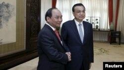 Ông Nguyễn Xuân Phúc gặp Thủ tướng Trung Quốc Lý Khắc Cường trong chuyến thăm Bắc Kinh cuối năm 2015 trên cương vị Phó Thủ tướng Việt Nam.