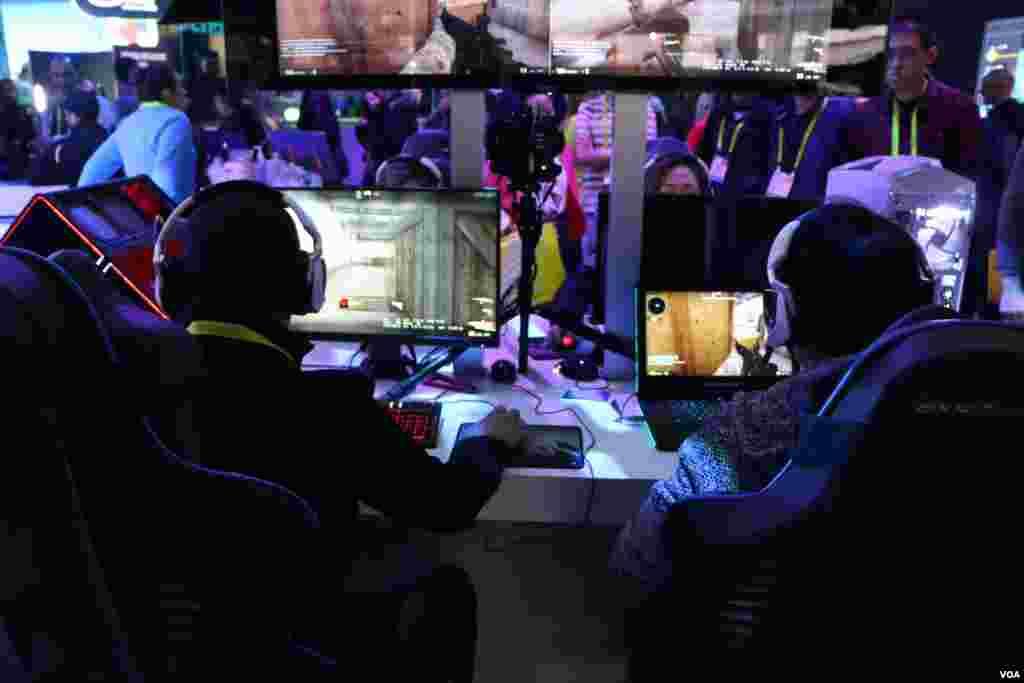 نمایشگاه محصولات الکترونیکی CES علاقه مندان به بازی، آخرین فناوریهای مربوط به بازی مورد علاقه خود را آزمایش می کنند