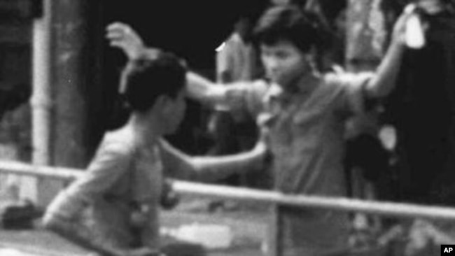 """Dân thường bị phiến quân chặn ở trung tâm Phnom Penh vài giờ sau khi Pol Pot chiếm giữ thủ đô của Campuchia ngày 17/4/1975. Thủ tướng đương nhiệm của Campuchia nói ông đã đào tẩu khỏi Khmer Đỏ để sang Việt Nam """"tìm đường cứu nước"""" giúp Campuchia thoát khỏi học diệt chủng của Pol Pot."""