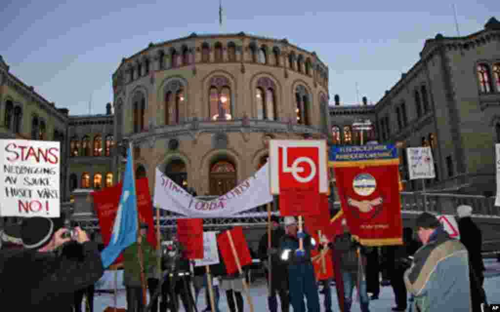日落时分示威者和平聚集在议会前,抗议关闭当地医院的计划。