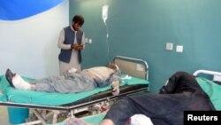 在星期二恐襲中受傷的阿富汗人在醫院接受治療。帕克蒂亞省首府加德茲一個警察訓練總部當天遭遇自殺式汽車炸彈和槍手的襲擊。