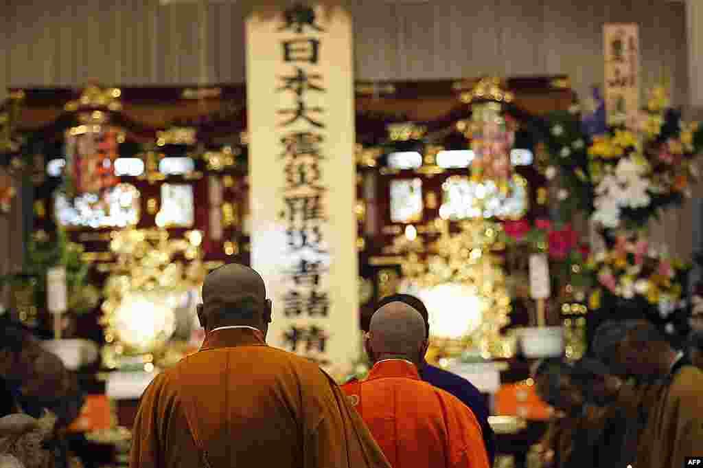 Монахи на церемонии памяти жертв цунами. Префектура Фукусима. 28 апреля 2011 г.