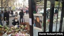 Memorial untuk mahasiswi California State University Nohemi Gonzalez, 23, yang tewas bersama korban lainnya di depan Cafe Bonne Biere di Paris.