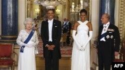 Президент США Барак Обама і його друшина Мішель у Букінгемському палаці у вівторок 24 травня, де їх вітають королева Єлизавета ІІ і принц Філліп