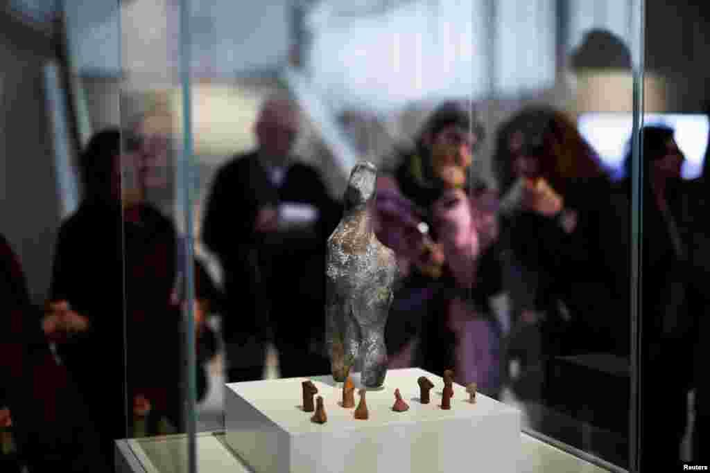 مجسمه ۷۰۰۰ ساله از دوران نوسنگی در موزه باستان شناسی در شهر آتن در یونان.