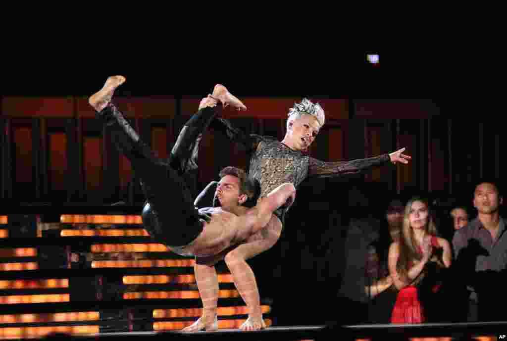 """Aksi panggung Pink dengan penari latarnya saat membawakan lagu """"Try"""" pada Grammy Awards ke-56 (26/1) di Staples Center, Los Angeles. (AP/Matt Sayles)"""