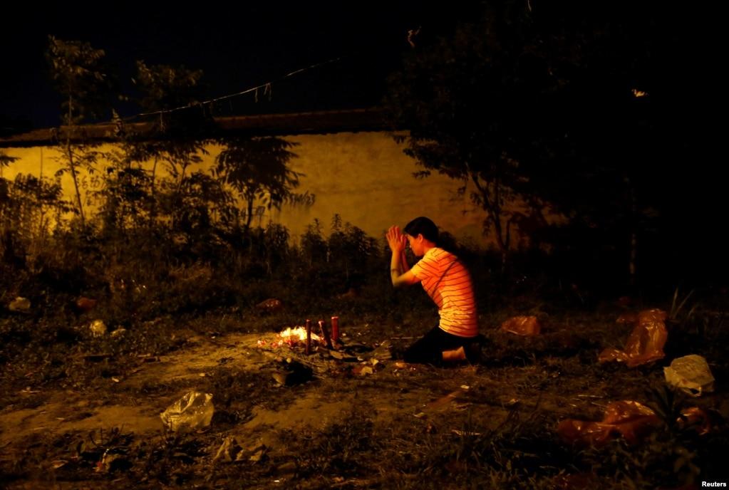 2017年6月3日,一位母親在中國安徽省一所鄉鎮中學外面燒香祈禱,盼望孩子高考成功。 可憐天下父母心。