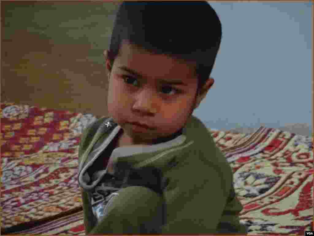 کراچی'ایدھی ہوم' میں بیٹھی معصومہ نامی بچی، جسے ماں باپ نے غربت کے باعث یہاں چھوڑا