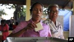 7일 동티모르 수도 딜리에서 투표하는 여성 유권자.