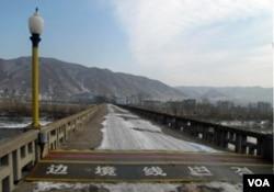 图们江大桥上的中朝边境线