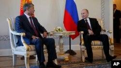 16일 러시아 상트 페테르스부르크에서 블라디미르 푸틴 대통령(오른쪽)이 알마즈벡 아탐바예프 키르기스스탄 대통령과 정상회담을 가지고 있다.