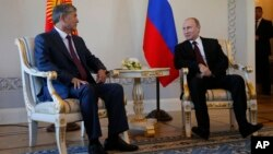 Президент Киргизстану Алмазбек Атамбаєв і Володимир Путін