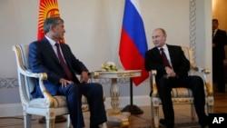ប្រធានាធិបតីរុស្ស៊ី Vladimir Putin (ស្តាំ) និងលោកប្រធានាធិបតីកៀហ្ស៊ីស៊ីស្ថាន Almazbek Atambayev បាននិយាយគ្នាក្នុងកិច្ចប្រជុំមួយក្នុងវិមាន Konstantin នៅក្រៅក្រុងសេនភីធឺស្បឺគ (St. Petersburg) ប្រទេសរុស្ស៊ី កាលពីថ្ងៃទី១៦ ខែមីនា ឆ្នាំ២០១៥។