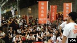學民思潮發起的平反六四、直闖中聯辦遊行,由於警方拒絕開放行車線,約400名遊行人士,臨時在金鐘道靜坐