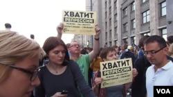 俄羅斯反對派領袖納瓦爾尼的支持者2013年夏季聚集在國家杜馬門前。示威者的口號是,停止政治迫害,釋放政治犯,把今天的普京體制扔進垃圾堆。(美國之音白樺)