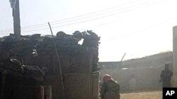 Combatientes talibanes toman posiciones tras ocupar un control de policía en Kundúz, al norte de Kabul,Afganistán.