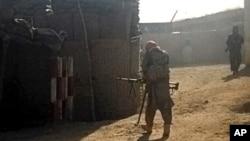 Militan Taliban mengambil posisi setelah merebut sebuah kantor polisi di kota Kunduz, Afghanistan, Senin (28/9).