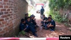 Para penjaga angkatan udara di luar lokasi kecelakaan helikopter militer di luar kota Hanoi (7/7).