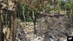 Casa destruída na aldeia de Mbalambi, em Benguela, devido a exercícios militares