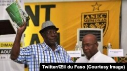 L'ancien gardien de but international ivoirien Jean Kéita, à gauche, brandit quelques images de ses exploits dans une photo publiée par l'œil du Faso le 19 août 2017. (Twitter/Œil du Faso)