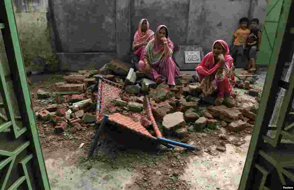 پاکستان اور بھارت کی سرحدی فورسز کے درمیان ورکنگ باؤنڈری پر فائرنگ اور گولہ باری کا سلسلہ جمعرات کو بھی جاری رہا۔