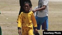 Odan, 11 tahun, baru selesai mengikuti pacuan kuda. Ia membolos selama mengikuti pacuan itu. (Courtesy: Max FM Waingapu)