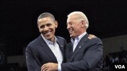 Presiden Amerika Barack Obama dan Wakil Presiden Joe Biden kampanye di Cleveland, Ohio hari Minggu.