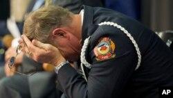 Священник отдела пожарной охраны преподобный Боб Осслер, во время поминальной службы по пожарным, понедельник, 1 июля 2013 в Прескотте, Аризона.
