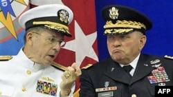 Голова об'єднаного комітету начальників штабів США адмірал Маллен спілкується з генералом Джеймсом Турманом командувачем більш ніж 28-тисячного військового контингенту США у Південній Кореї