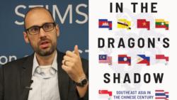 រូបលោក Sebastian Strangio អតីតអ្នកសារព័ត៌មាន និងអ្នកនិពន្ធសៀវភៅ ជាមួយនឹងរូបគម្របសៀវភៅថ្មីរបស់លោកដែលមានចំណងជើងថា 'In the Dragon's Shadow' ឬបកប្រែជាភាសាខ្មែរថា «នៅក្រោមស្រមោលនាគ»។