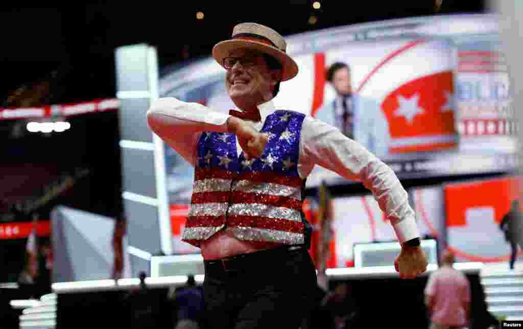 Le célèbre présentateur télévisé Stephen Colbert enregistre un show lors de la Convention républicaine à Cleveland, Ohio, le 17 juillet 2016.