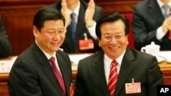 2008年3月15日,即将离任的中国国家副主席曾庆红(右)向刚刚当选副主席的习近平表示祝贺。