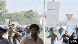 Pasukan keamanan Bahrain bentrok dengan para aktivis di desa Duraz, Bahrain (2/14). Kelompok oposisi di negara ini mencanangkan Senin kemarin sebagai Hari Kemarahan.